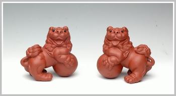 紫砂壶图片:一对送福的小狮子 - 宜兴紫砂壶网