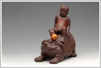 紫砂壶图片:栩栩如生 吉祥送福 财童戏狮 - 宜兴紫砂壶网