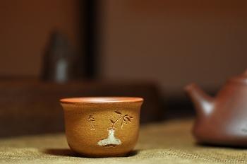 紫砂壶图片:石丁最新作品 清韵杯 装饰古味瓶兰 - 宜兴紫砂壶网
