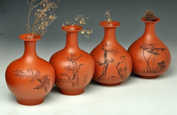 紫砂壶图片:朱牧青老师原矿小红泥花瓶一套  做工精细  刻绘生动 - 宜兴紫砂壶网