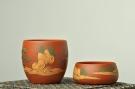 紫砂壶图片:泥绘通景山水 老朱泥对杯 相映得趣 - 宜兴紫砂壶网