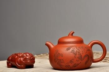 紫砂壶图片:进步之作 全手茄段 造型舒服 工笔装饰 细刻入丝  - 宜兴紫砂壶网
