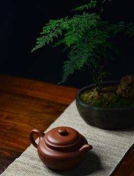 紫砂壶图片:优质降坡泥 颇有玩味~ 全手浮雕仿古 器形端庄 - 宜兴紫砂壶网