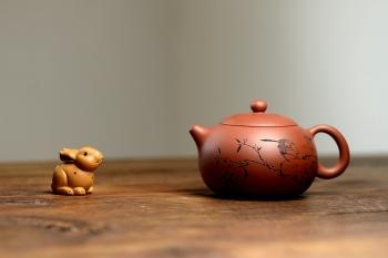 紫砂壶图片:优质老清水泥 圆润饱满 可人西施 文气的装饰  - 宜兴紫砂壶网