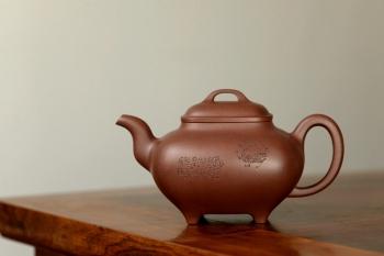 紫砂壶图片:文气装饰 大气磅礴 优质清水 全手传炉 神韵悠长 - 宜兴紫砂壶网