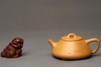 紫砂壶图片:和石装饰山水清韵 耐品回味 实用精品  全手老段子冶石瓢  - 宜兴紫砂壶网