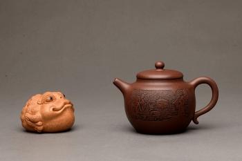 紫砂壶图片:端庄秀雅 双刀禅意装饰 全手和悦 适宜普洱、红茶 - 宜兴紫砂壶网