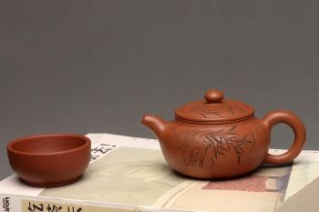 紫砂壶图片:传统经典 优质降坡泥~~小仿古 刻绘精致 仅此一把 - 宜兴紫砂壶网