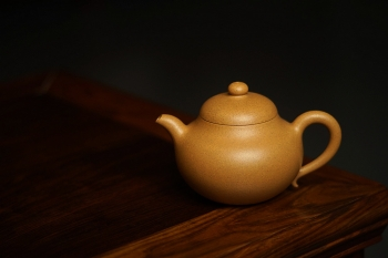 紫砂壶图片:一把好梨 老段泥 清风送爽 曲峰新作 黄梨 耐品 - 宜兴紫砂壶网