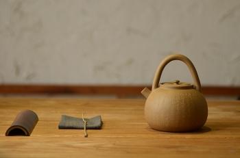 紫砂壶图片:淞庐作品 雅致文气 煮茶品茗~全手心经提梁 - 宜兴紫砂壶网