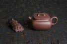 紫砂壶图片:优质紫泥 美壶特惠小四方 泥料油润 一捺底 - 宜兴紫砂壶网