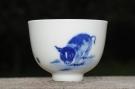 紫砂壶图片:生肖猪 景德镇全手工手绘青花主人杯 - 宜兴紫砂壶网
