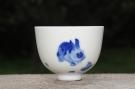 紫砂壶图片:生肖兔 景德镇全手工手绘青花主人杯 - 宜兴紫砂壶网