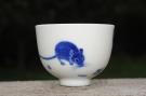 紫砂壶图片:生肖鼠 景德镇全手工手绘青花主人杯 - 宜兴紫砂壶网