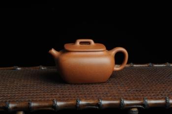 紫砂壶图片:美壶回馈 特惠小四方 一捺底 非常油润的降坡泥 - 宜兴紫砂壶网