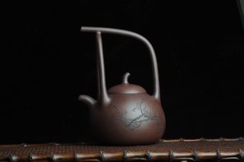 紫砂壶图片:全手工精品东坡提梁壶 难度大 精心装饰梅花 暗香袭来 - 宜兴紫砂壶网