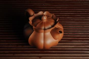 紫砂壶图片:优质清水泥精品莲花僧帽 难度大 线条干净利落 - 宜兴紫砂壶网