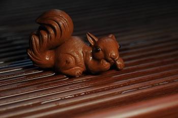 紫砂壶图片:美宠特惠 精致手工茶宠清水泥拉毛松鼠 神态可掬 有趣 - 宜兴紫砂壶网