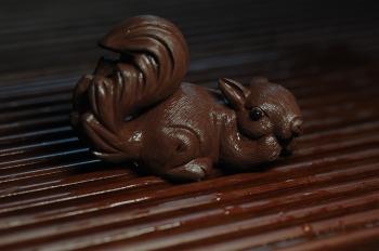 紫砂壶图片:美宠特惠 精致手工茶宠紫泥拉毛松鼠 神态可掬 有趣 - 宜兴紫砂壶网