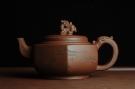 紫砂壶图片:美壶特惠 六方龙樽 刻绘山水 浑厚大气 - 宜兴紫砂壶网