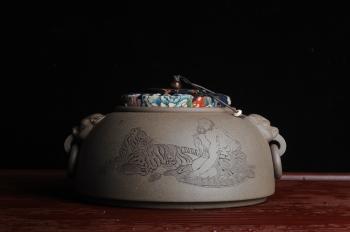 紫砂壶图片:老青段精品瑞兽双耳罐 茶仓 水洗 烟灰缸 多用 子陶刻达摩伏虎图 不输名、家 - 宜兴紫砂壶网