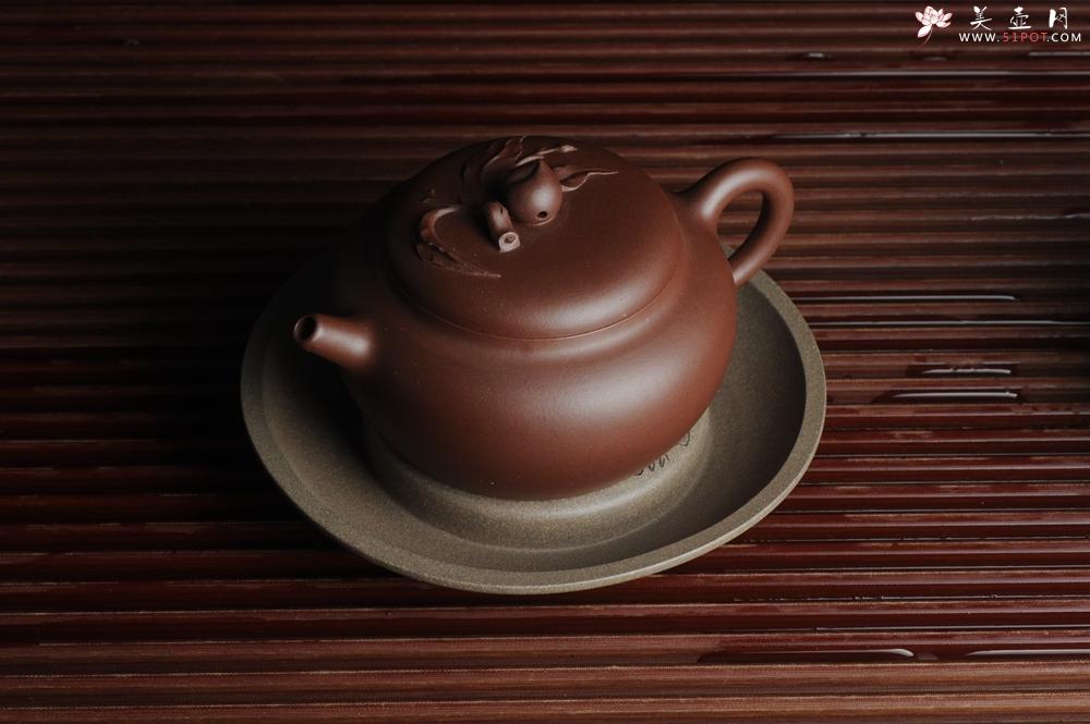 紫砂壶图片:美器特惠 助工精工老青段壶承 干泡台 布袋弥勒 神态细腻 外径大约14.3cm - 宜兴紫砂壶网
