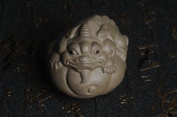 紫砂壶图片:美宠特惠 回馈壶友 精致聚财金蟾二式茶宠 茶盘尤物 长7.5cm高5.5cm左右 - 宜兴紫砂壶网