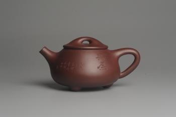 紫砂壶图片:美壶特惠 精致做工经典平盖无为小石瓢 精刻人物 茶人醉爱 - 宜兴紫砂壶网