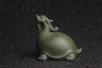 紫砂壶图片:美宠特惠 油润绿泥龟寿星 仁者寿茶宠 精工长9cm宽7.5cm高9cm - 宜兴紫砂壶网