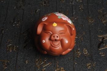 紫砂壶图片:美宠特惠 精工点彩蝶恋花 福气猪茶宠 - 宜兴紫砂壶网
