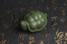 紫砂壶图片:美宠特惠 精致做工绿泥乌龟茶宠摆件 神态细腻 茶盘尤物 长9cm宽6cm高4.5cm - 宜兴紫砂壶网