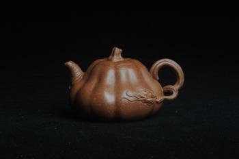 紫砂壶图片:美壶特惠 优质降坡泥全手卡盖小叶歪瓜 茶人醉爱 - 宜兴紫砂壶网