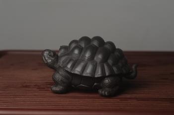 紫砂壶图片:美宠中秋特惠 精致黑料忍者寿龟 长14cm宽9.5cm高7cm - 宜兴紫砂壶网