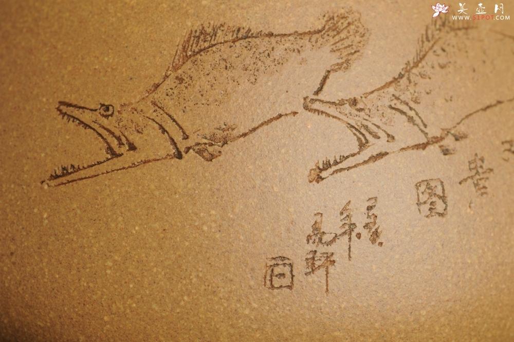 紫砂壶图片:潜力股周小培全手工老黄段泥(家藏老料 油润无比 识者自知)景舟石瓢 装饰鳜鱼图 双贵图 寓意富贵如意 - 宜兴紫砂壶网