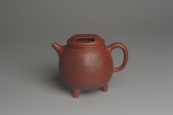 紫砂壶图片:美壶特惠 助工精工降坡泥三足牛盖壶 装饰人物特文气 - 宜兴紫砂壶网