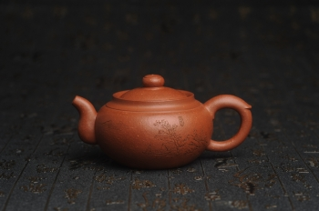 紫砂壶图片:特油润降坡泥 装饰山水 全手工大蕴存心壶 - 宜兴紫砂壶网