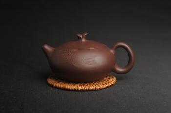 紫砂壶图片:美壶特惠 优质紫泥年年有余壶 茶人醉爱 - 宜兴紫砂壶网