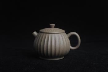 紫砂壶图片:美壶特惠 精致青段筋纹矮巨轮壶 - 宜兴紫砂壶网