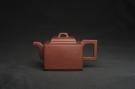 紫砂壶图片:全手工优质紫红泥精致亚明四方壶 装饰养神图 特文气 - 宜兴紫砂壶网