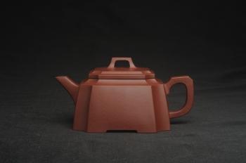 紫砂壶图片:,美壶特惠 全手工优质紫红泥精致抽角八方 特文气 - 宜兴紫砂壶网