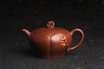 紫砂壶图片:美壶特惠 贴花活灵活现 精致荷花壶 茶人醉爱 - 宜兴紫砂壶网